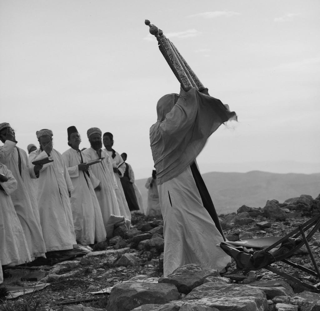 Samaritan Passover, high priest with scroll at Mt. Gerizim Photo 1890
